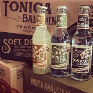 Bottiglie di tonica al fieno e ginger beer Baladin