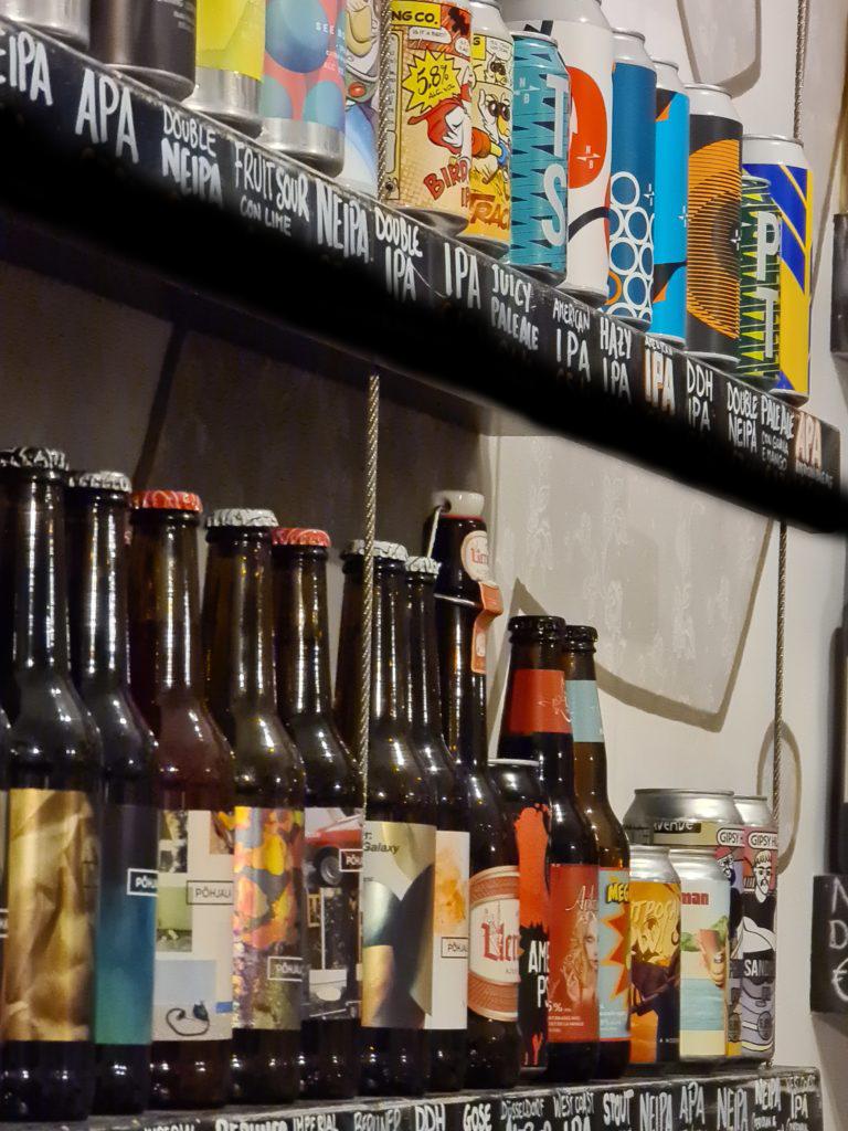 Birre in bottiglia e lattina su scaffale